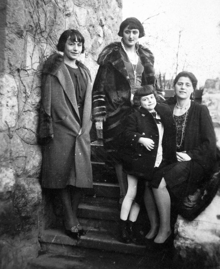 """Az anya, Goldenberg Lilly (1896-1977) az anyakönyv szerint Bukarestben, a családihagyomány szerint Budapesten született. A Goldenberg család mindenesetre románszármazású. Kati 95 éves unokatestvére, Egon Philip szerint Lilly apja, Goldenberg Leontulajdonképpen a hosszú katonaidő elől menekült el Romániából: amikor egy új törvénybevezette az 5 éves katonáskodást, felpakolta a családot és Budapestre költözött. A családitteni életében fontos szerepet játszottak az értékes keleti szőnyegek: az apa sikkasztotta, az anya, Netty pedigműintézetében """"a legművésziesebben és a legolcsóbban"""" javította őket. Lillynek 1922-bendr. Rothmann Artúrral kötött házassága éppen ezért társadalmi legitimációt is jelenthetett azegész Goldenberg családnak."""