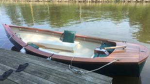 Tíz évig építette a csónakját egy netes terv alapján, ez lett belőle