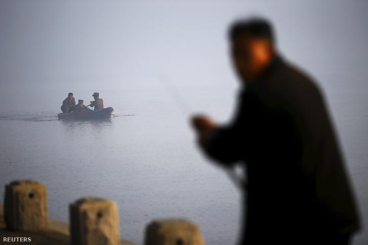 Halászok a Taedong folyónál Phenjanban.