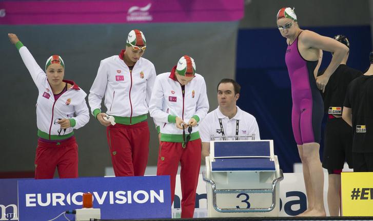 Késely Ajna, Jakabos Zsuzsanna, Kapás Boglárka és Verrasztó Evelyn a 4 x 200 méteres női gyorsváltó előfutamában az úszó műugró és szinkronúszó Európa-bajnokságon a London Aquatics Centerben 2016. május 19-én.