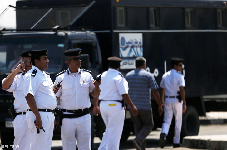 Biztonságiak a kairói reptér kifutóján