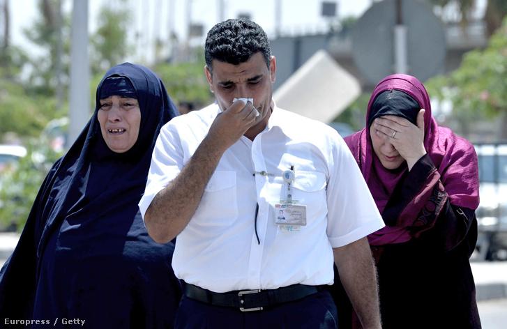 Az eltűnt gép utasainak rokonai a kairói repülőtéren