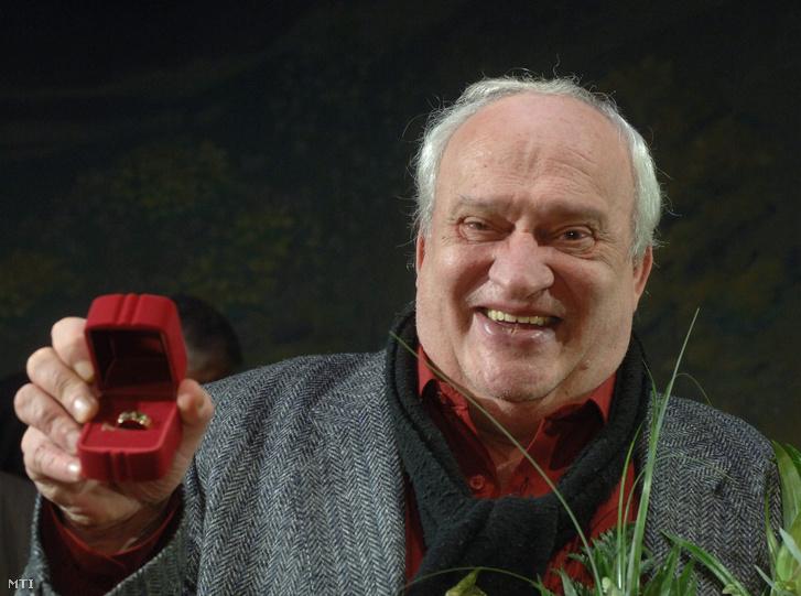 Rajhona Ádám színművész, aki a társulat titkos szavazása alapján kapta meg a Ruttkai Éva-emlékgyűrűt a Vígszínházban rendezett ünnepségen 2006. december 30-án.