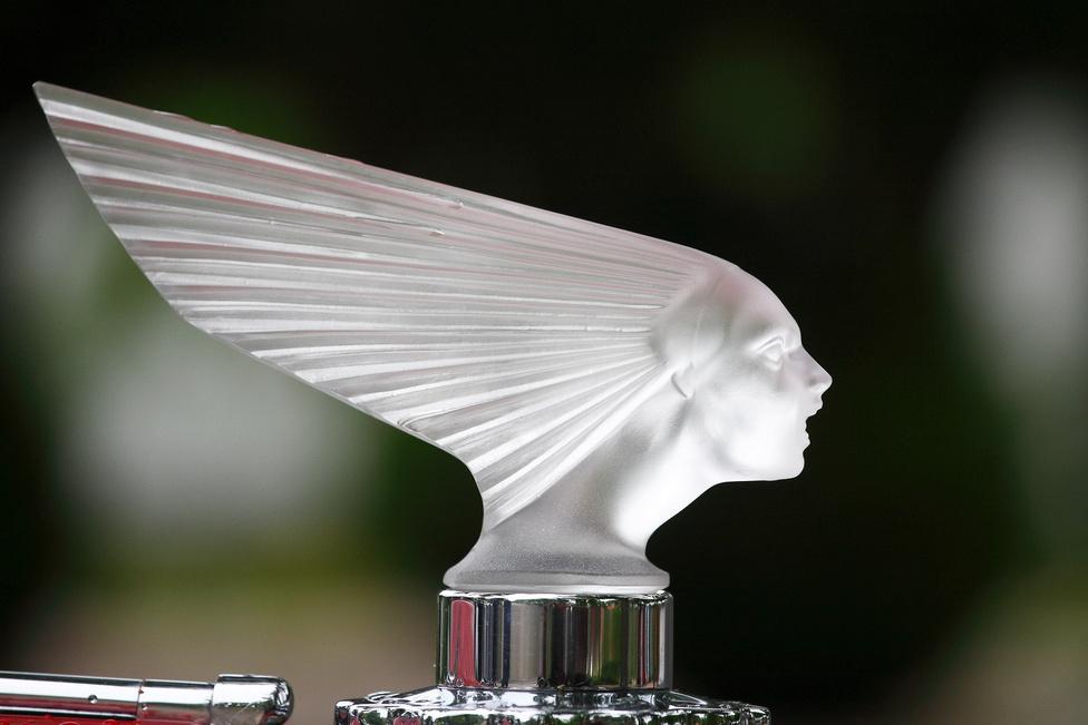 Orrdísz. A Duesenberg J hűtőmaszkjáról figyel a hölgy. Abban az időben nem nagyon volt két egyforma autó, a luxuskocsik pedig még inkább különböztek egymástól, hisz minden karosszéria és kiegészítő egyedileg készült. Külön iparág alakult az egyedi hűtődíszek készítésére, amelybe a leghíresebb szobrászok, üvegművészek is beszálltak. Valószínűleg a Rolls-Royce-féle Emily a leghíresebb hűtődísz mind közül.