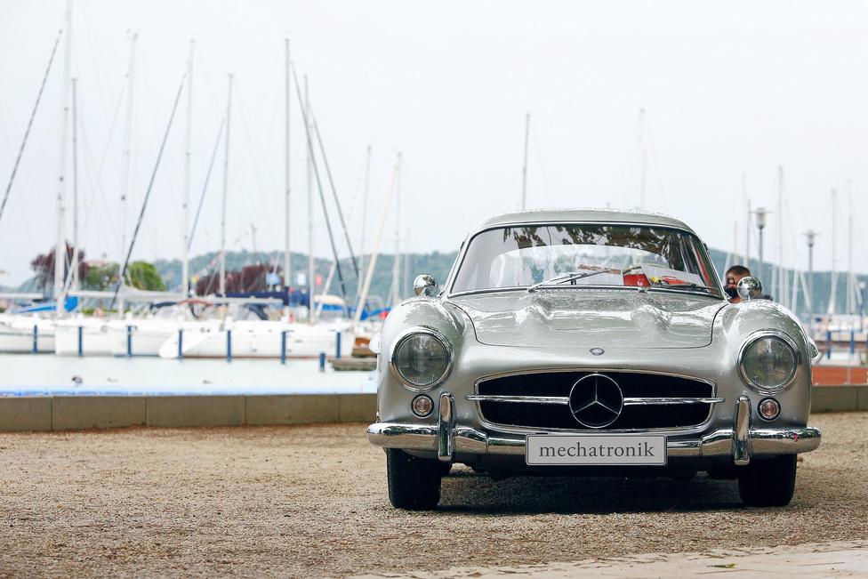 Ennél nagyobb durranás egy veteránautós találkozón talán nincs is. A Mercedes-Benz 300 SL (1956) egyes körökben ugyan a legsúlyosabb közhelynek számít, a látogatókat ez nem érdekli – a sirályszárnyas sportkocsi ma is ugyanolyan megkapó, mint hatvan évvel ezelőtt. Az sem mellékes, hogy az ára is felkúszott a csillagos égig.