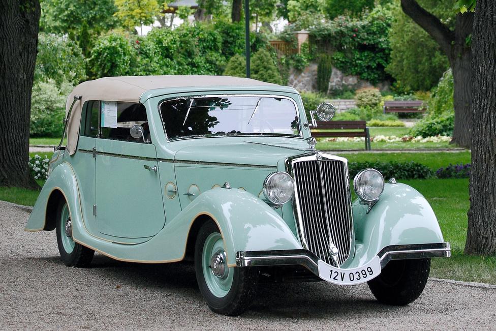 """A Wikov 40 simán megkaphatta volna a """"Közönség által legkevésbé ismert autó"""" díjat, vállon veregetve egymást a Farmannal, a Buccialival és a Lea Francis-szel. A cseh cég 1924-1937 között gyártott gépkocsikat, a Balatonfüreden kiállított példány 1936-os évjáratú, egyike az utolsóknak. Hatszemélyes kabrió karosszériát visel, motorja négyhengeres, 1942 cm3-es, olasz Ansaldo licenc alapján készült. A legszebb cseh autó díját érdemelte ki."""