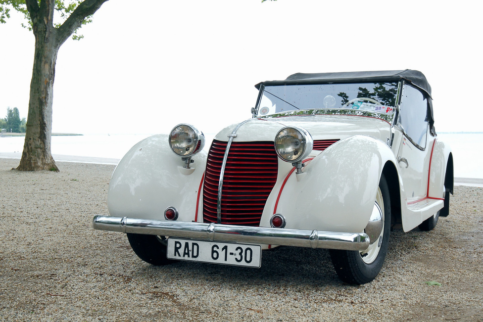 Gondolnák, hogy ezt a kocsit (Aero 30, 1935-ből) kéthengeres, kétütemű, nem egészen 1000 köbcentis motor hajtja? A sportos külső mást sugall, a híres Sodomka cég által karosszált gépet cseh Jaguarnak is hívták. Elsőkerék-hajtású!