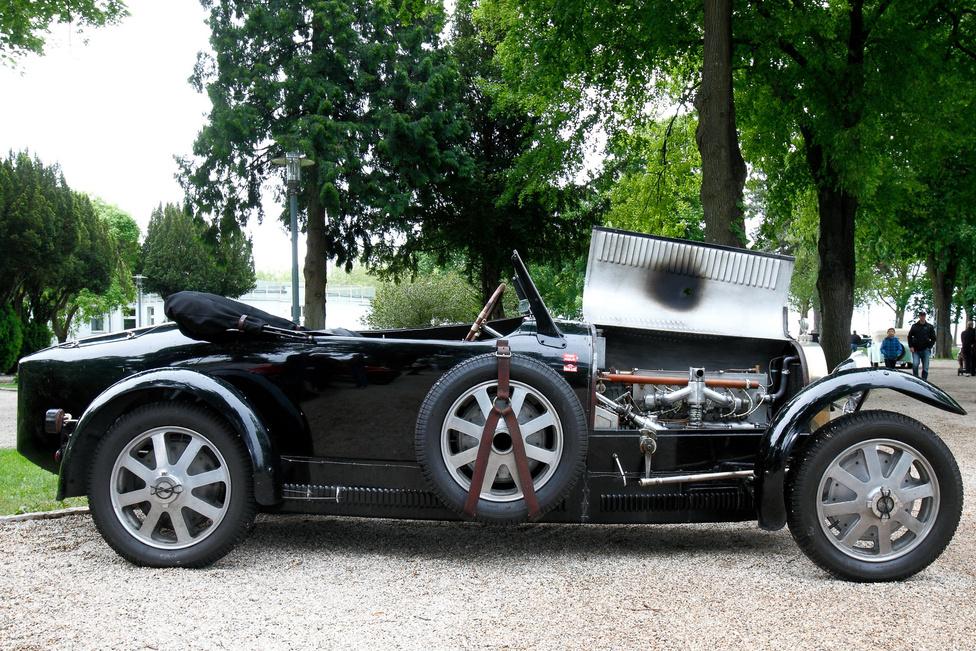 Mire való egy Bugatti? Természetesen, hogy tolják neki, ami a csövön kifér. Nézzék a motorháztető belsejét ezen a T43-ason! A soros nyolchengeres, 2263 köbcentis motorhoz kompresszor is tartozik, mely 185 lóerős teljesítményt biztosít – ma sem rossz érték, de 1927-ben ez a kocsi az űrhajó kategóriába tartozott. Könnyű építésmódja és 160 kilométeres végsebessége valódi sport- és versenygéppé tette. Zoób Kati különdíját vihette haza.