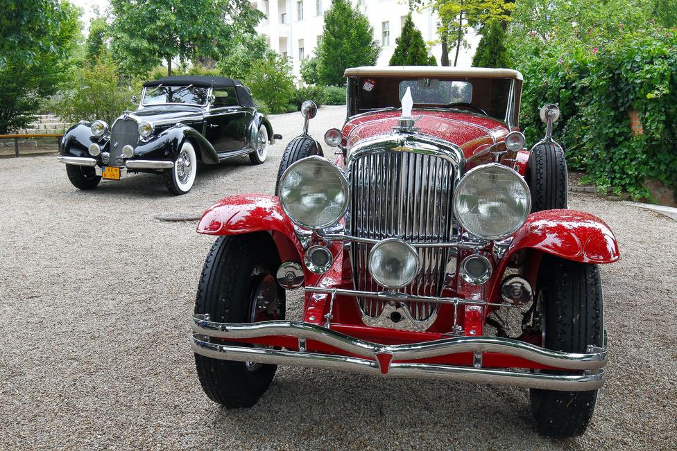 Talbot T23 (1938) és Duesenberg J (1929). Az előbbi nyerte a verseny fődíját, másik a legszebb amerikai autónak bizonyult. Az összes résztvevőt végignézve, valamelyikük győzelmét borítékoltam volna, esetleg még a csónakfarú Rolls-Royce vagy a kis Skoda Popular Monte Carlo futhatott volna be szerintem. A Talbot szinte eredeti állapotú, a tető ponyváját kellett csak cserélni. A második világháború előtt az eredetileg angol cég (ezért Talbot-nak és nem Talbó-nak ejtendő) a Delahaye és a Bugatti versenytársa volt, a leghíresebb karosszériaépítők készítették a felépítményeiket. A Duesenberget kora legdrágább, leggyorsabb amerikai luxusautójának szánták, amely a legjobb európai kocsikkal versengett. Nyolchengeres, DOHC vezérlésű, 6876 köbcentis motorja akár 190-es tempóval is repíthette. A hányatott sorsú kocsi nyolcéves restaurálás után nyerte el mai állapotát.