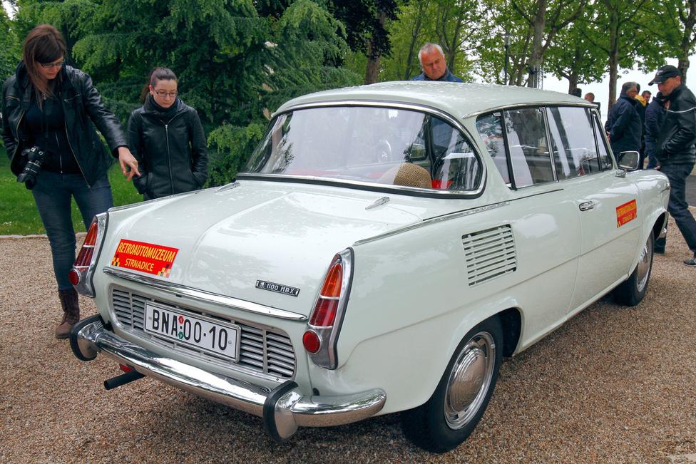 Ők talán nem is tudják, milyen különlegességet látnak: ez egy Skoda 1100 MBX 1968-ból. Eredetileg kupét és kombit is terveztek a limuzin mellé az akkor modernnek számító 1000 MB-ből, de végül csak a különleges hátsó panorámaablakkal és lehúzható hátsó oldalablakokkal rendelkező, C oszlop nélküli, kétajtós kupé készült sorozatban, három évig. Általában nagy becsben tartották őket, de mára alig pár tucat maradt épségben; 1000 és 1100-as változat is létezett belőle.
