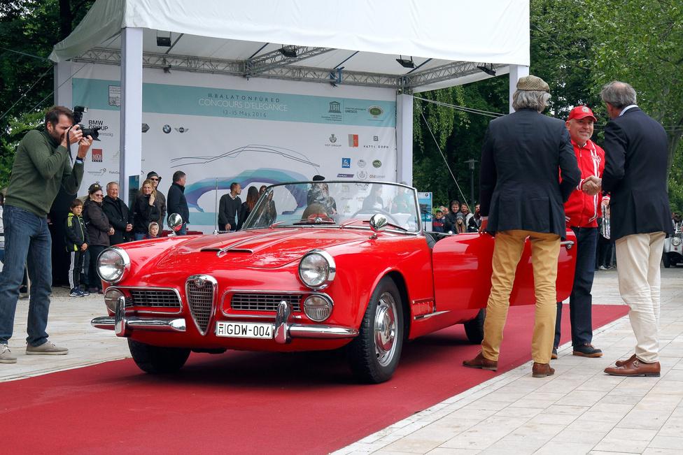 A Classic kategória legszebb nyitott kocsijának járó díjat veszi át az Alfa Romeo Touring Spider 2000 (1959) tulajdonosa. Ez az, amiben az olaszok mindig az élen jártak, az elegancia és a sportosság harmonikus, szemet gyönyörködtető ötvözése. A kétliteres, dupla vezérműtengelyes motor 115 lóerős, ötfokozatú váltón keresztül hajtja a hátsó kerekeket. A karosszéria a milánói Touring műhely munkája, 1962-től a hathengeres 2600 Spider váltotta fel.