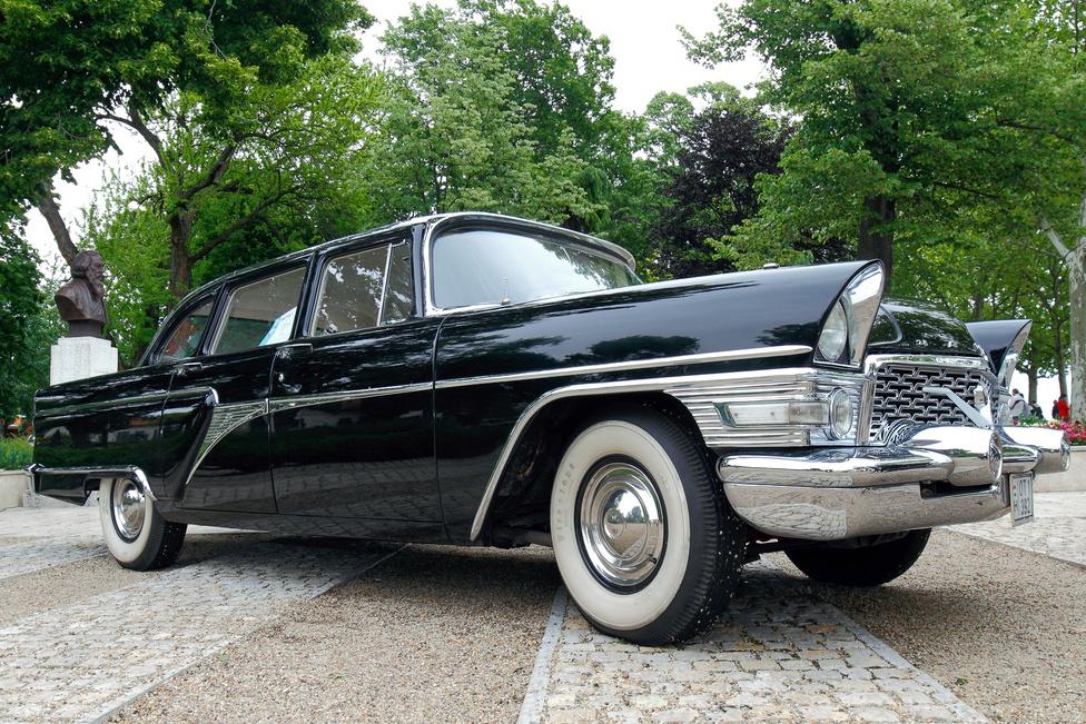 Nagy test, nagy élvezet: többen is harcba szálltak a legsúlyosabb egyéniség címéért, a GAZ 13 Csajka (1963) lett a befutó. Az orosz autógyártás egyik csúcspontja a nyolchengeres, 5531 köbcentis motorral hajtott óriás, amely csak a legszűkebb elit számára volt elérhető. A Sirály becenéven ismert típust gyakorlatilag változatlanul gyártották 1958 és 1981 között, közel 3200 példányban. Ez a példány a Magyar Népköztársaság Elnöki Titkárságán kezdte, majd a Forradalmi Munkás-Paraszt Kormány Titkárságán folytatta, majd egy fészerben fejezte be pályafutását. Jelenlegi tulajdonosa négy évet szánt a restaurálásra.
