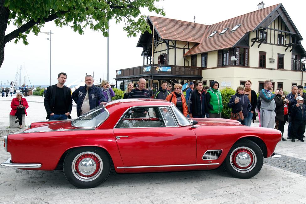 A korábban csak versenyautókat építő Maserati a negyenes évek végétől készített utcai modelleket. Az első, nagyobb darabszámban gyártott típus a 3500 GT volt, amelyből 1980 darab készült kupékarosszériával a Touring műhelyben 1957-1964 között. A kocsit hathengeres, 3,5 literes, kb. 235 lóerős motor hajtja. Ez a kocsi nyerte a legszebb sportkocsi díját a Classic kategóriában.