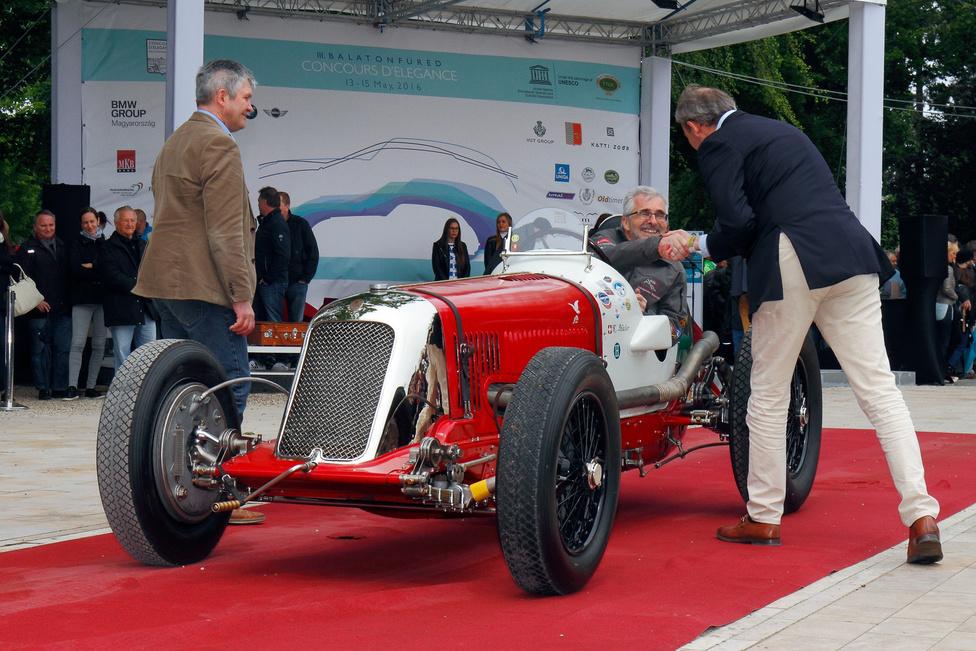 Újra itthon a Festetics Ernő gróf által használt Maserati 8CM! Az 1934-es gyártású nyolchengeres versenygépnek kalandos sors jutott, jelenlegi svájci tulajdonosa eredeti állapotúra restauráltatta, és már másodszor hozta Magyarországra a nemzeti színűre festett kocsit – a Velodrom Millenárison száguldás közben is láthattuk. A legmesszebbről érkezett jármű díját kapta.