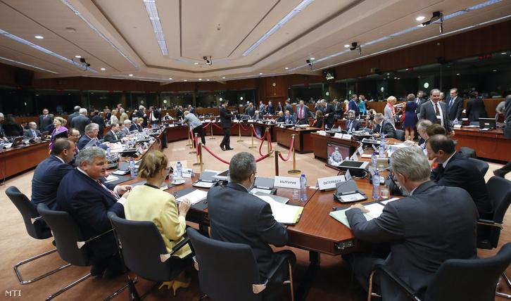 Az Európai Unió külügyminiszteri tanácskozásának résztvevői Brüsszelben 2016. május 13-án. Az uniós tagországok külügy- és gazdasági miniszterei az EU és az Egyesült Államok közötti szabadkereskedelmi megállapodásról (TTIP), illetve az EU és Kanada között októberben aláírandó szabadkereskedelmi egyezmény (CETA) ügyében tartanak megbeszélést.