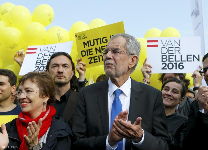 Alexander Van der Bellen, a zöldek jelöltje támogatói között a választás megelőző, utolsó kampányrendezvényen, Bécsben, 2016. május 20-án.