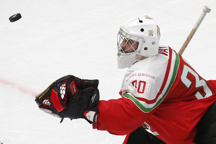 A magyar Vay Ádám kapus az oroszországi jégkorong-világbajnokság B csoportjának negyedik fordulójában játszott Magyarország - Finnország mérkõzésen Szentpéterváron 2016. május 11-én.