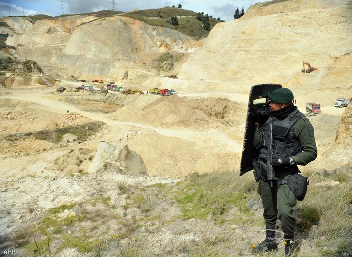Az illegális kitermelés megnövekedése miatt rendőrökkel őrzött homok- és kőbánya Bogotában, 2013-ban