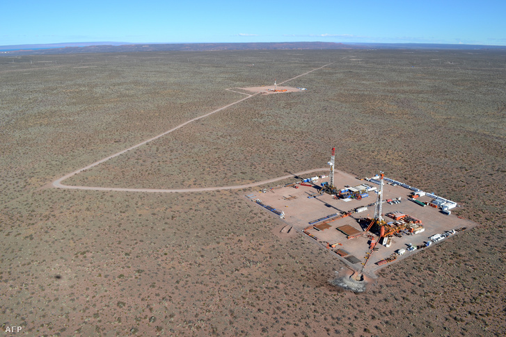 Az argentin YPF energiavállalat olajfúrói Vaca Muertán, a 30000 négyzetkilométernyi kiterjedésű palagaáz- és olajmezőkön
