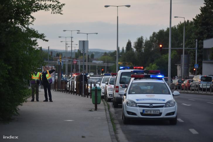 Rendőri intézkedés a Szentendrei úton egy betelefonálás után, 2016. május 5-én.