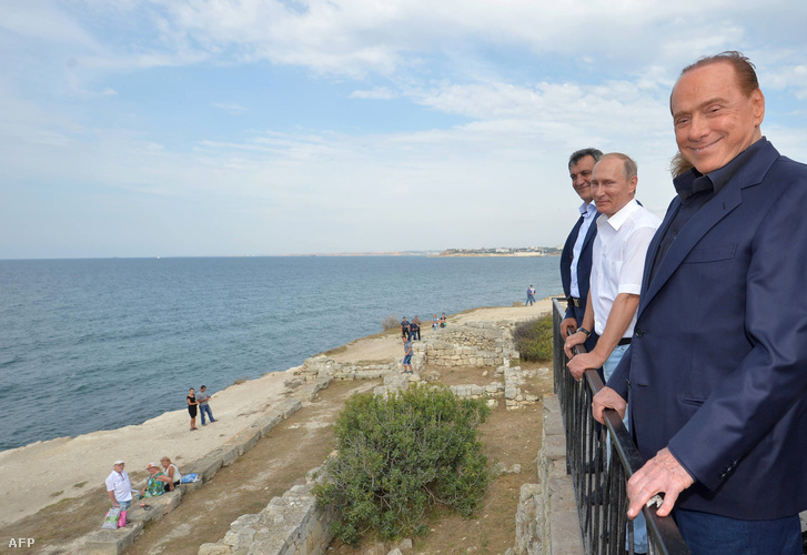 Vlagyimir Putyin és Silvio Berlusconi Szevasztopol homokos tengerpartja előtt, 2015. szeptember 12-én.