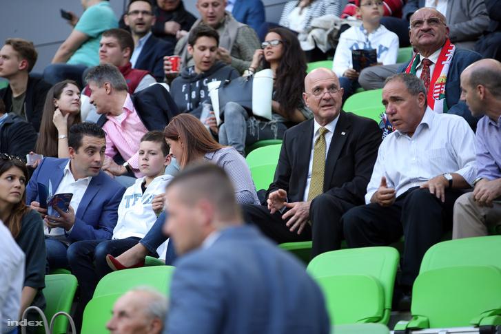 Vona Gábor és Illan Mor izraeli nagykövet a Magyarország-Elefántcsontpart mérkőzésen, 2016. május 20-án.