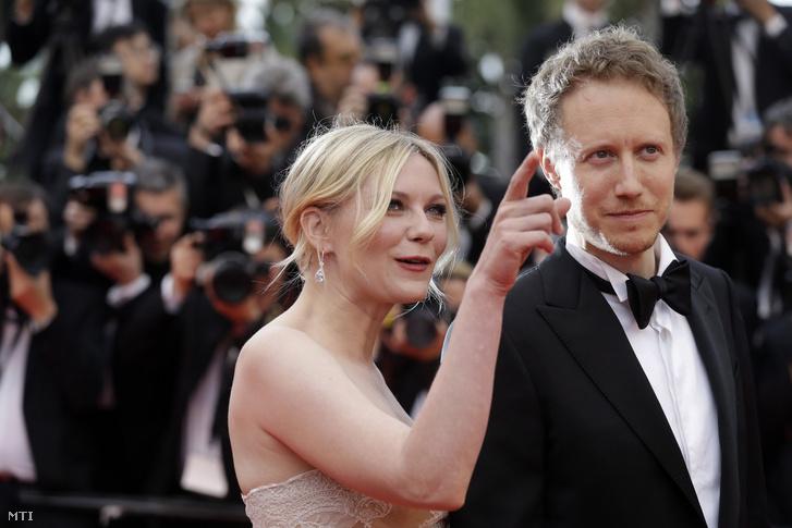 A zsűri két tagja, Kirsten Dunst és Nemes Jeles László a díjáttadó ünnepségen