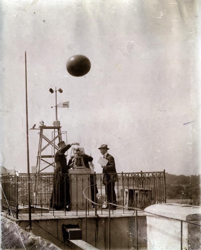 A kalocsai gimnáziumhoz meteorológiai és csillagászati megfigyelő állomás is tartozott. Ezt még 1878-ban Haynald Lajos bíboros-érsek hozta létre, felszerelését Konkoly-Thege Miklós irányította. Az obszervatóriumot Fényi Gyula szerzetestanár, világhírű csillagász irányította 1885-től 1913-ig. Fényi fő kutatási területe a napkitörések, napfoltok vizsgálata volt, ezzel olyan nagynevű jezsuita elődök nyomába lépett mint a 18. században tevékenykedő Hell Miksa és Sajnovics János.