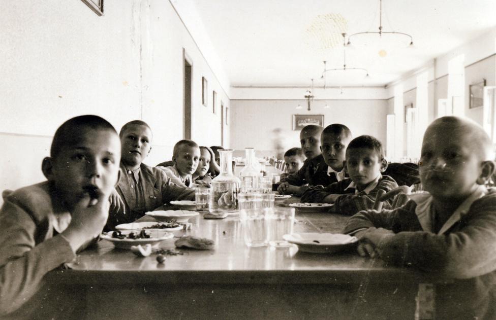 A pécsi Pius gimnázium elsős konviktorainak ozsonnája. Az internátusban évi 700 korona tartásdíjat kellett fizetni, ez fedezte a napi négyszeri étkezést, a rezsit és az orvosi ellátást. Egy bentlakó diák éves költségei mindent egybevéve, takarékosságtól függően 950 és 1200 korona között mozogtak 1915-ben.