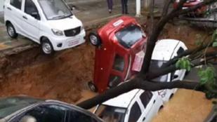 A kínai föld igencsak nyeli az autókat