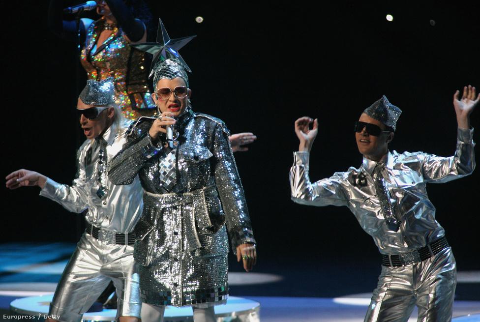 Az ukránok rá is éreztek a dologra, és egy évvel később Verka Serduchka személyében egy eredeti drag queent neveztek az eseményre. Még az ukrán parlamentben is heves vitát generált a döntés, és egyesek szerint burkolt oroszellenes utalás is volt a dalszövegben. Az ilyen balhék mindig jót tesznek a versenyzőknek, majdnem meg is lett nekik az első hely, de végül csak másodikok lettek a Dolce & Gabbana által tervezett űrruhában bohóckodó ukránok.