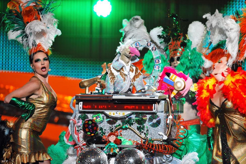 Valószínűleg az abszolút csúcsot a dalverseny történetében nem drag queenek vagy szörnynek öltözött metálosok érték el, hanem az írek, akik - írd és mondd - egy plüsspulykát indítottak. Dustin, a pulyka rendkívül népszerű Írországban, és maga a lakosság szavazott arra, hogy indulhasson szegény fiktív baromfi a dalversenyen. Már az elődöntőben elbukott Belgrádban.