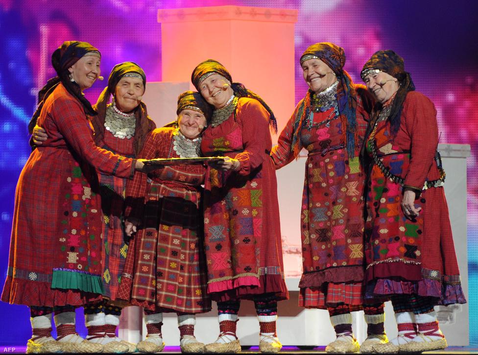 Sajnos Magyarország még mindig állati komolyan veszi ezt az egészet, de ha esetleg valami váratlan fordulatnál fogva mondjuk a veresegyházi asszonykórust akarná küldeni az MTVA, akkor már késő. Az oroszok 2012-ben robbantották a cukiságbombát a kissé hamisan éneklő buranovói nagyikkal. Valószínűleg ekkor tudatosult a britekhez hasonlóan az oroszokban is, hogy annyian utálják őket, hogy soha az életben nem nyernek még egy Eurovíziót, ha személyesen Vlagyimir Putyin kiskutyáját küdik fel gitározni, akkor sem.