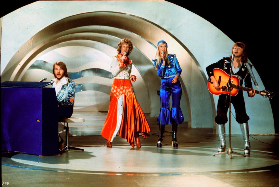 Az angliai Brightonban rendezett versenyen mindenki Olivia Newton-Johnt várta győztesnek, de helyette egy csapat ismeretlen svéd nyert. Olyannyira ismeretlen, hogy hivatalos ez volt az első dal, amit a rengeteg névváltoztatáson áteső együttes ABBA néven jelentetett meg. A Waterloo ezután minden országra slágerlistáját elfoglalta, még Amerikában is eljutott a top 10-ig, hogy minden idők egyik legkelendőbb kislemezeként írja be magát a poptörténelembe.