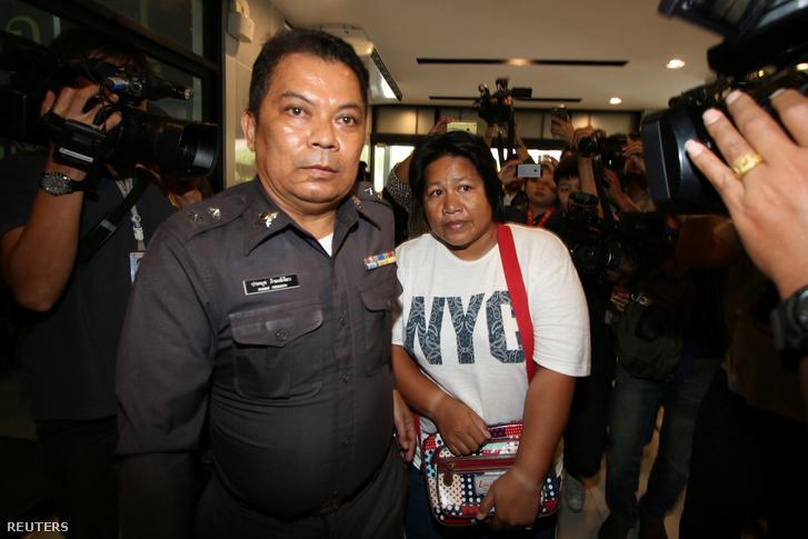 Patnaree Chankij, az junta-ellene aktivista édesanyja érkezik rendőri kísérettel a katonai bíróságra Bankokban, 2016. május 7-én.