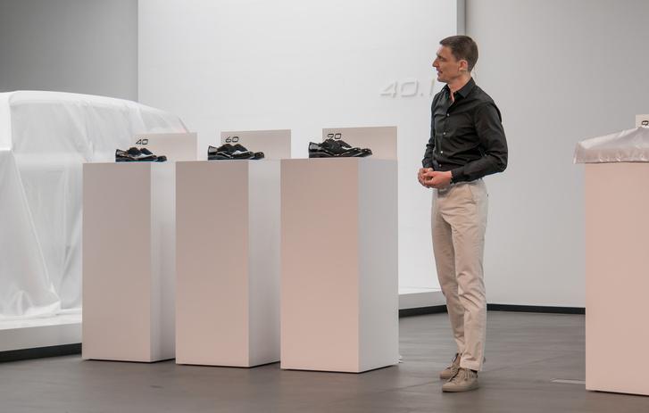 Még az újságírók számára is felfogható hasonlat: a Volvo kisebb autói nem úgy születnek, hogy a nagyokat lekicsinyítik, ahogy a 36-os cipő is ugyanaz, mint a 46-os, csak kisebb