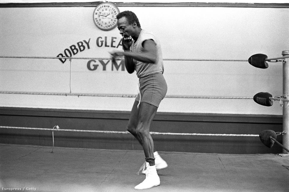 Szerette az ökölvívást, és nemcsak nézte, hanem művelte is. A bunyóhoz ugyanúgy viszonyult, mint a zenéhez: a spontaneitás és a szakértelem keverét látta benne. A stratégiák érdekelték, nem az, hogy laposra verjen valakit. Meglátta a szépséget a sportban, és komolyan is vette. A bokszpromóter Bill Clayton - aki a kezdeti években Mike Tyson karrierjét is egyengette - tudott Davis bokszszenvedélyéről, és felkérte, hogy legyen a zeneszerzője egy filmzenealbumnak, amivel Jack Johnsonnak, a legendás bokszolónak akart emléket állítani. Davis elfogadta a felkérést; a lemez 1971-ben jelent meg.