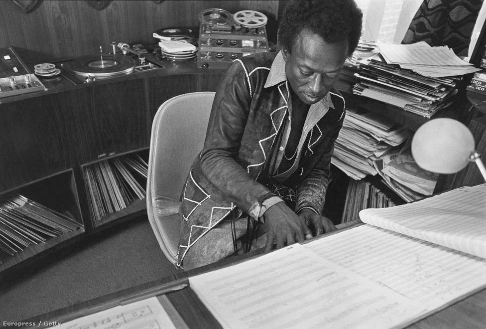 """Davis járt a New York-i Juilliard zeneiskolába, így jól boldogult a kottaolvasással- és -írással is. De nem ez volt az, amit fontosnak tartott. """"Rengeteg príma muzsikus van, aki nem tud kottát olvasni, fekete és fehér egyaránt. Sok ilyet ismertem, tiszteltem és játszottam velük. Úgyhogy a szememben Jimi ettől nem lett kisebb. Príma muzsikus volt, autodidakta őstehetség. Beszélgetés közben, mikor véletlenül kicsúszott a számon valami olyasféle technikai fogalom, mint például a szűkített szeptim, és láttam az arcát, gyorsan rá is legyeintettem, hogy hagyjuk, nem rédekes. Egyszerűen lejátszottam neki zongorán vagy trombitán, azt első blikkre vette."""" - írta Jimi Hendrixről, akivel kölcsönösen nagy hatást gyakoroltak egymás játékára."""