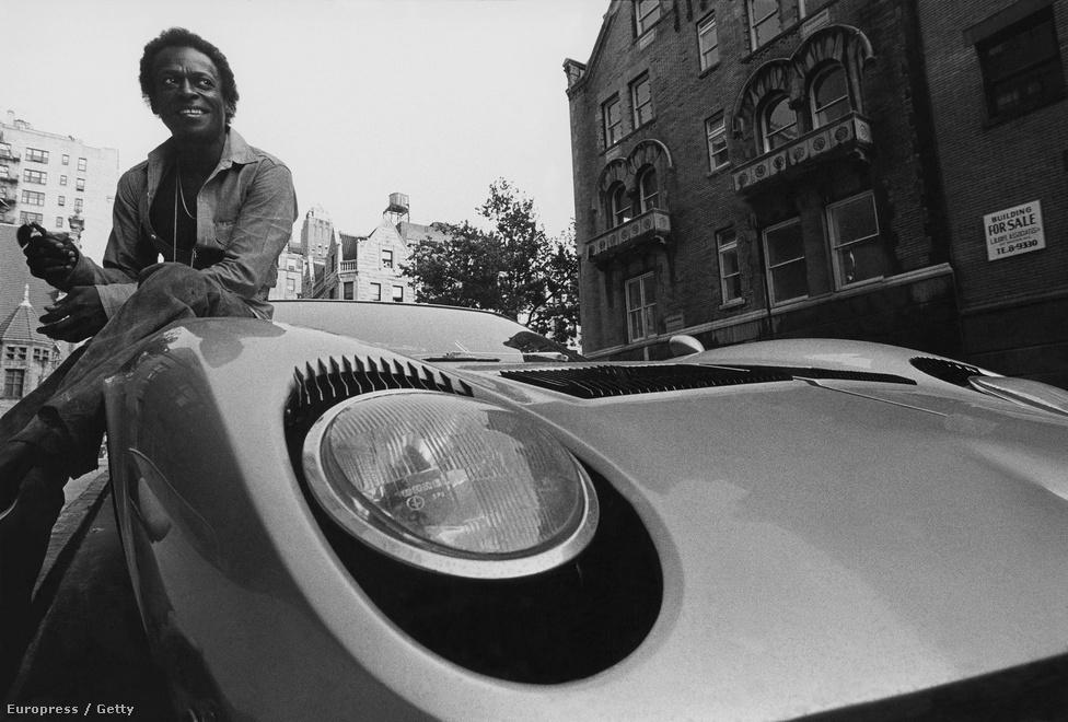 """Imádta az olasz autókat, volt Ferrarija és Lamborghinije is. Ezen a képen az utóbbin ül. A fotó még 1970-ben készült. Két évvel később összetörte a kocsit a West Side Highway-en. Az önéletrajzában Davis azt írta, hogy elaludt a volánnál, alig fél oldallal azután, hogy beismerte: akkoriban teljesen rá volt csavarodva a kokainnal. A balesetben mindkét bokája eltört. A filmrendező James Glickenhaus 2012-ben írta meg a sztorit a Jalopnikba, How I Saved A Coked Up Miles Davis After He Crashed His Lamborghini (Hogy mentette meg a bekokainozott Miles Davist, miután összetörte a Lamborghinijét) címmel. Eszerint Davis nem aludt el a kormánynál: nagyon is magánál volt, csak nem tudta megtartani a kocsit. Glickenhaus segített neki, hogy megszabaduljon a rengeteg kokaintól, ami a kocsijában volt; a maradványokat esővízzel tüntette el, mielőtt megérkeztek a rendőrök. Később elmesélte a sztorit a színész Peter Wellernek, aki ismerte Davist, és megkérdezte tőle, hogy igaz-e a történet. Davis elcsöndesedett. """"Mindig is kíváncsi voltam, ki lehetett az a fehér anyabaszó. Köszönd meg a nevemben, és mondd meg neki, hogy bármikor kereshet."""""""
