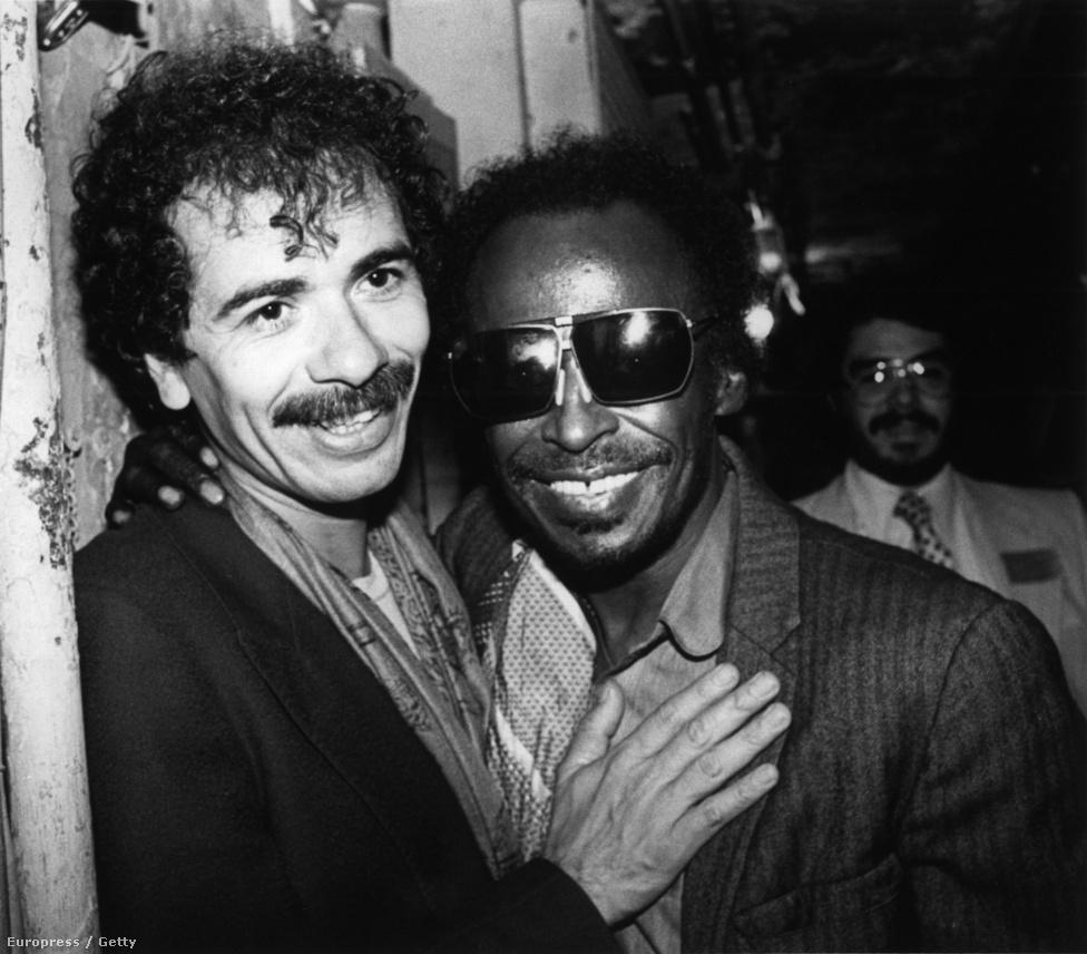 """Carlos Santanával 1981-ben. Jól ismerték egymást, jó barátok voltak. """"Apám, az a tróger a bundokat is lejátssza a gitárról!"""" - lelkendezett Davis, amikor a zenéjét méltatta. Sokszor játszottak együtt. Davis nagy hatással volt Santana játékára: a gitáros később bevallotta Davisnek, hogy tőle leste el azokat az apró trükköket, ahogy a szüneteket használja."""
