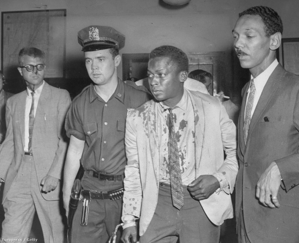 """1959 augusztusában Davis a méltán híres Birdland klub előtt hűsölt, miután kikísért egy Judy nevű lányt, hogy segítsen neki taxit fogni. Egy intézkedő rendőr ráparancsolt, hogy álljon odébb, de Davis ellenszegült. Amikor a rendőr a bilincséért nyúlt, hogy letartóztassa, Davis közelebb lépett hozzá. """"A bunyósok akkor már kitanítottak, hogy ha látom, hogy egy fazon meg akar ütni, lépjek hozzá közelebb. Láttam a rendőr mozgásán, hogy azelőtt bunyós lehetett. Na szóval, közelebb hajoltam hozzá, hogy ne legyen helye fejbe vágni."""" A rendőr ekkor megbotlott, az összes holmija a járdára esett. Kisebb csődület támadt, amikor egy férfi odalépett, és fejbe ütötte Davist. Ekkor lett véres az inge és a zakója. A képen Davis Gerald Kilduff járőrrel és az ügyvédjével, Harold Lovette-tel látható."""