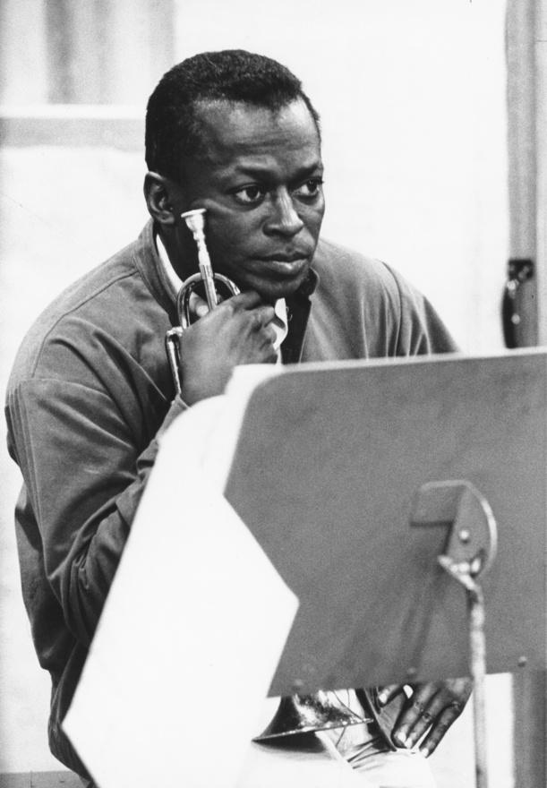 A Quiet Nighs felvételén, 1962-ben. A lemez ötletével a Columbia Records állt elő: karácsonyi albumnak szánták. Davis soha nem szerette ezt a lemezt - ha rajta múlt volna, örökre a szalagtemetőben marad -, de mégis fontos album, mert ennek a felvételén játszott először együtt a szaxofonos Wayne Shorterrel, és lenyűgözte a játéka.