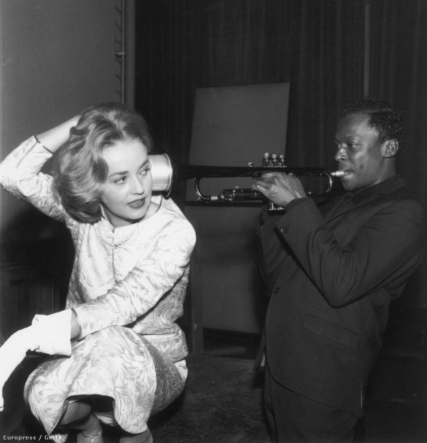 1957-ben Davis Párizsba utazott, ahol vendégszólistaként játszott. Ekkor találkozott Louis Malle filmrendezővel, akit Juliette Greco, Davis szerelme és barátja mutatott be neki. Mivel Malle szerette Davis zenéjét, felkérte, hogy írjon zenét az új filmjéhez, az Ascenseur pour l'échafaud-hoz (Felvonó a vérpadra). Ekkor már megmutatkozott Davis zeneszerzői stílusa: Kenny Clarke dobossal és a francia session-zenésszel, René Urtreger-vel közösen improvizáltak, miközben a filmet nézték. A filmzenét Jazz Track címmel később kiadta a Columbia Records is. A fotón Davis a fim női főszereplőjét, Jeanne Moreau-t szórakoztatja.
