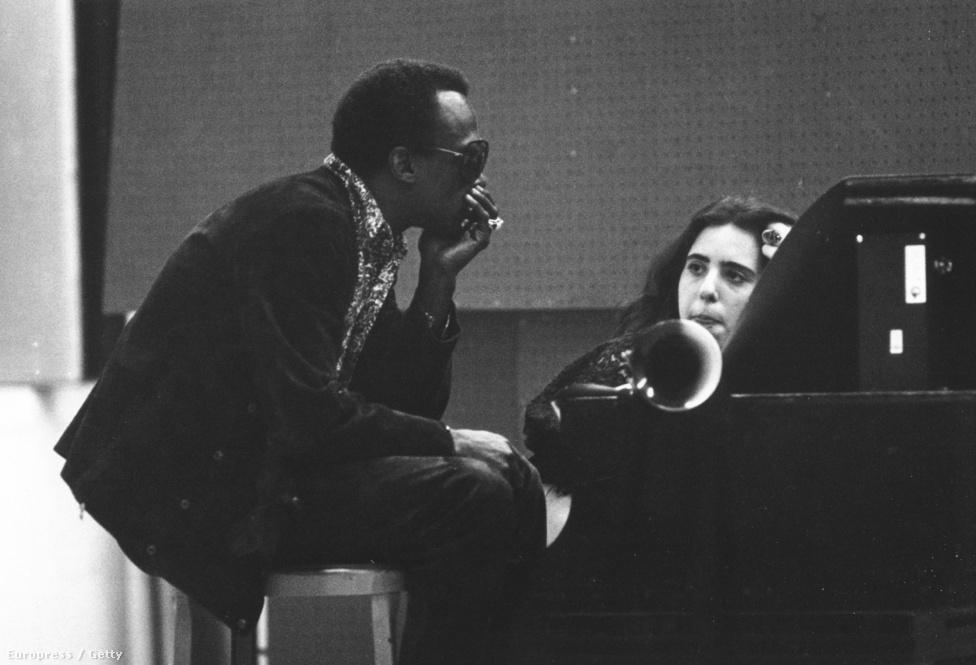 1969 nagy év volt Davis számára. Az In a Silent Way-jel kezdődött minden, ami - ahogy fogalmazott - egy halom muzsikát szabadított föl a fejében. Abban az évben tizenötször vonult stúdióba, és körülbelül tíz albumot fejezett be. Ekkor készült a Bitches Brew, a Miles Davis Sextet: At Fillmore West, az On The Corner, a Big Fun és a Get Up With it is - hogy csak néhányat említsünk. A kép 1969 júliusában készült, Davis mellett az énekes-dalszerző Laura Nyro ül, aki még tizenhét éves se volt, amikor megjelent az első lemeze, az And When I Die. Nyro később bekerült a Rock and Roll Hall of Fame-be is.