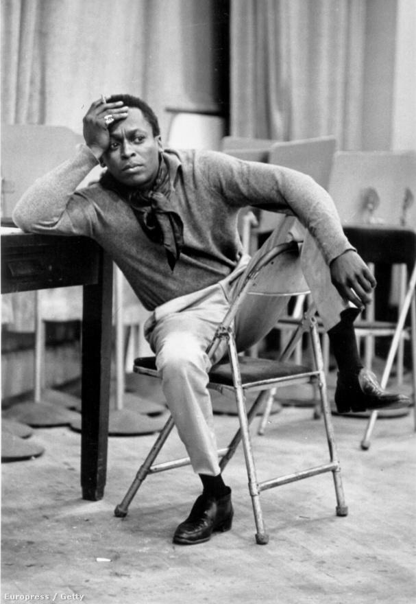1959-ben, a CBS Harmincadik utcai stúdiójában. Abban az évben vették fel a jazztörténelem egyik legjelentősebb lemezét, a Kind of Blue-t. Davis célja az volt, hogy azt a hatást érje el, amit az arkansasi blues-zenék váltottak ki belőle, de megmaradt a modális stílusnál, amit még a Milestones albummal kezdett el. Csupán néhány vázlatot adott a zenészeknek, nem egy komplett művet - amit a lemezen hallunk, az mind elsőre felvett improvizáció. Davis szerette volna az afrikai likimba hangzását is érvényesíteni a lemezen, de végül inkább Bill Evans zongorajátéka volt a domináns. Amikor később arról beszélt, hogy a Kind of Blue nem úgy sikerült, ahogy tervezte, őrültnek nézték; a megengedőbbek azt hitték, Davis ugratja őket.