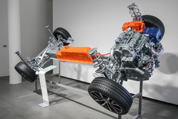 A CMA platformba kerülő hibrid rendszert T5 néven említik: háromhengeres turbómotor (180 LE) és 55 kW (75 LE) teljesítményű villanymotorral