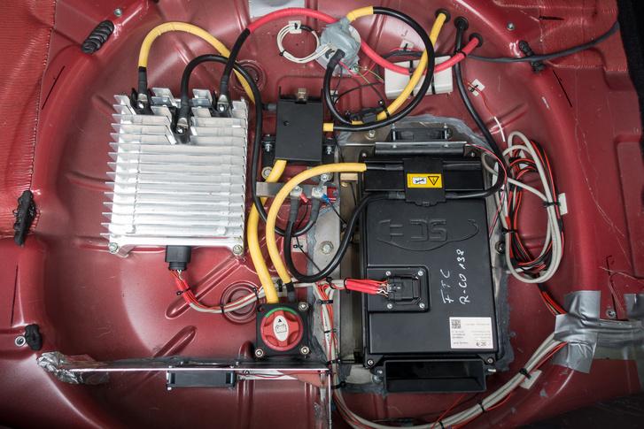 A 48 voltos akkumulátor és az inverter a csomagtartóba került, a pótkerék helyére