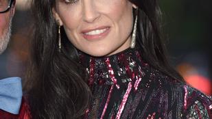 Demi Moore szexi diszkószörnynek öltözött