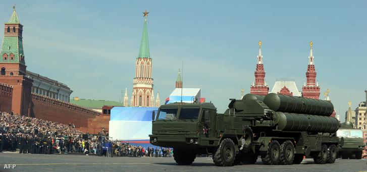 Sz-400-as légvédelmi rendszer a 2013-as moszkvai parádén az akkori rakétákkal szerelve