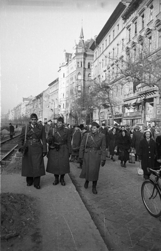 """Bauer a forradalom napjaiban tehát állás nélkül volt, amikor feltámadt benne a fotóriporter. """"Amikor a balhé elkezdődött, még fiatal voltam, 26 éves. Fogtam a fényképezőgépet és elkezdtem fényképezni, ami belefért. Ott voltam a Rádiónál. Lefényképeztem a Sztálin-szobor döntését. Sajnos, ott voltam a Köztársaság téri eseményeknél. Voltak olyan képeim... Az a francia fotós, Pedrazzini, mellettem esett el. Úgyhogy fényképeztem egész addig, amíg az oroszok el nem kaptak. Akkor én nem féltem semmitől."""" - mesélte pár évtizeddel később egy életút-interjúban."""